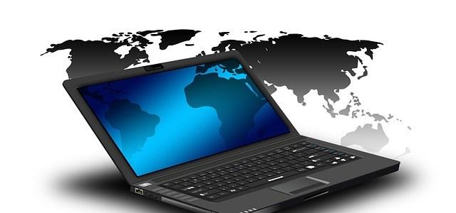 世界地図とパソコン