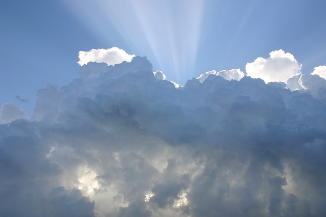 空と雲と光の画像