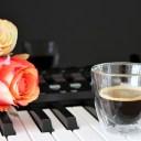 ピアノ(シンセサイザー)と、コーヒーとバラの花の写真