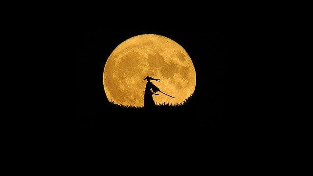 月を背景にした侍のシルエットの画像
