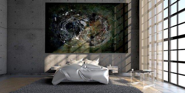 ベッドとおしゃれな絵画がある部屋の画像