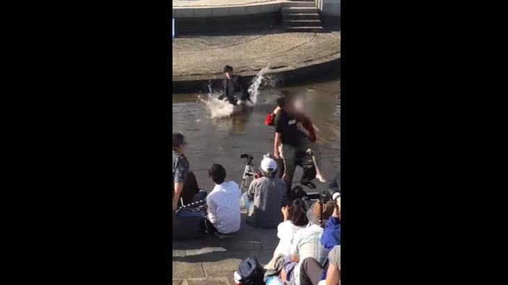 【横浜開港祭2017】神宿ライブにオタクが突進→止めに入った青髪に引き倒され殴られる 2人はあの有名Youtuberかと話題にww