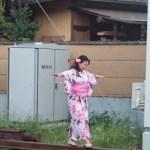 【パクリ】中国人女、松本伊代&早見優の線路立ち入りを真似して炎上wwww
