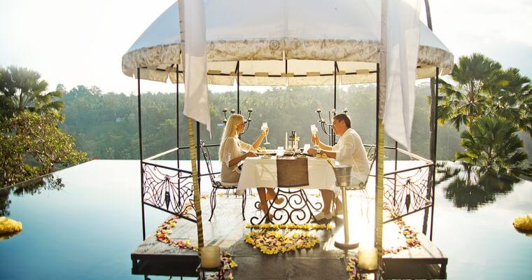 国際結婚の傾向・トレンドを知りたいと結婚式で話す国際結婚カップル