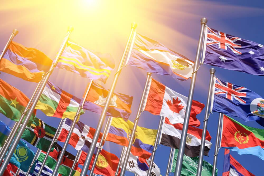 様々な国の国旗。各国の戸籍制度の解説。