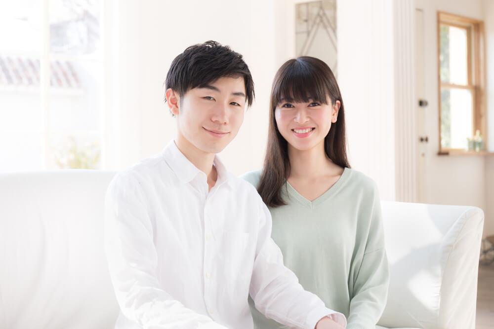 日本人同士の婚姻による戸籍編製を説明するカップル