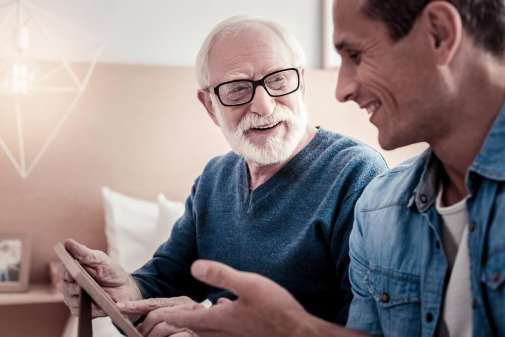 若「永住権取得の要件は?」「永住ビザを取得するためには3要件必要」い外国人男性の保証人になってくれる永住ビザを持っている紳士的な老人