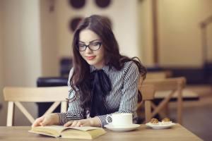 外国人は日本で戸籍を持てないことに疑問を持つ、カフェで読書をする外国人女性