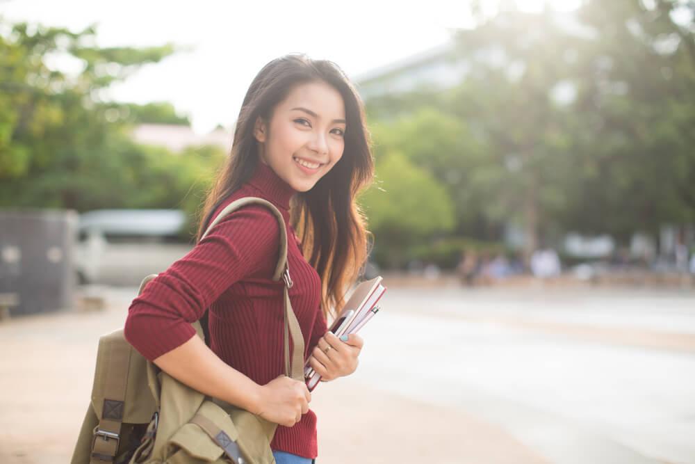 日本語学校に通学しながら、国際結婚相談所とマッチングアプリに登録している、出稼ぎ留学生の女性