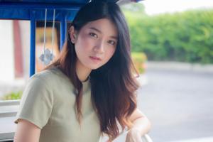 物憂げな表情でこちらを見つめる日本人女性