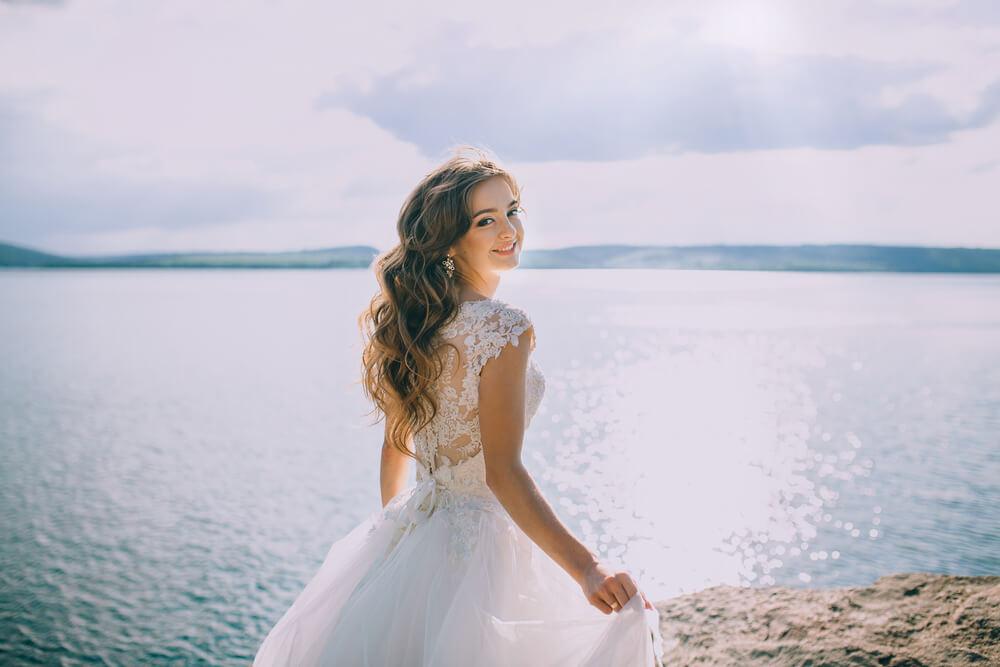 国際結婚で10組中7組が離婚というのは大ウソですよ!と、笑顔でこちらに振り替えるウェディングドレス姿の外国人女性
