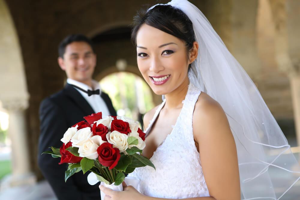 ウェディングドレスをまとった新婦が日本人。