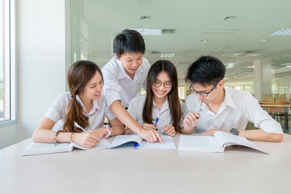 外務省が外国人労働者向けの新しい日本語試験を創設するが、現地での日本語教育が何よりも重要である。日本語学習をする東南アジアの学生たち