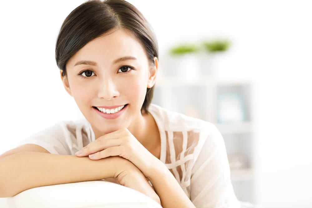 帰化後の名前が決まって、笑顔を浮かべるアジア系女性