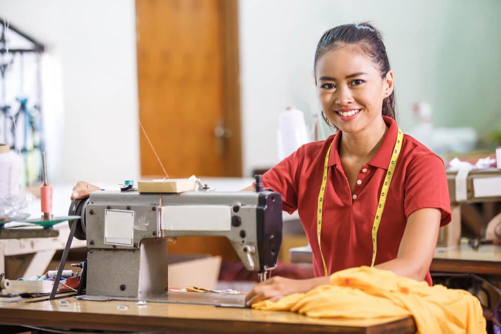 裁縫の技能実習生として来日している東南アジア女性