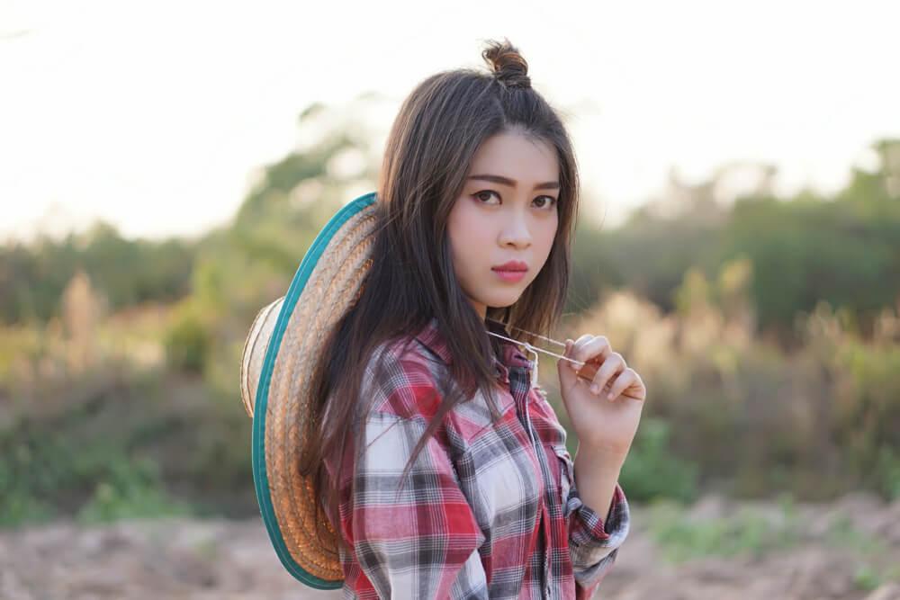 技能実習で農業に従事する若い中国人女性