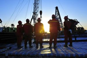 工事現場で作業する外国人労働者
