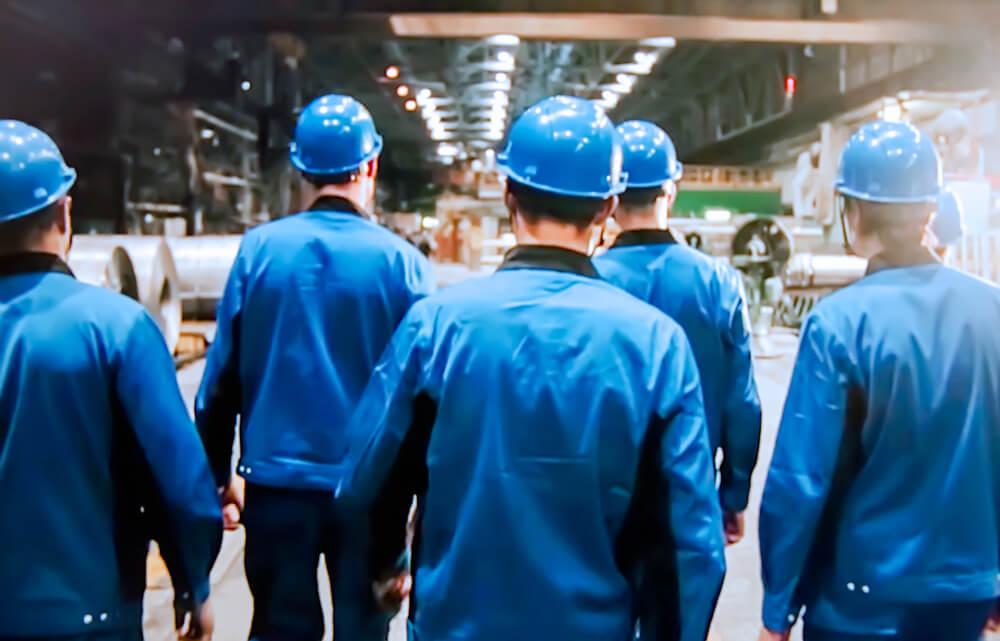在留資格「特定技能」で来日し、工場で働く外国人労働者たち
