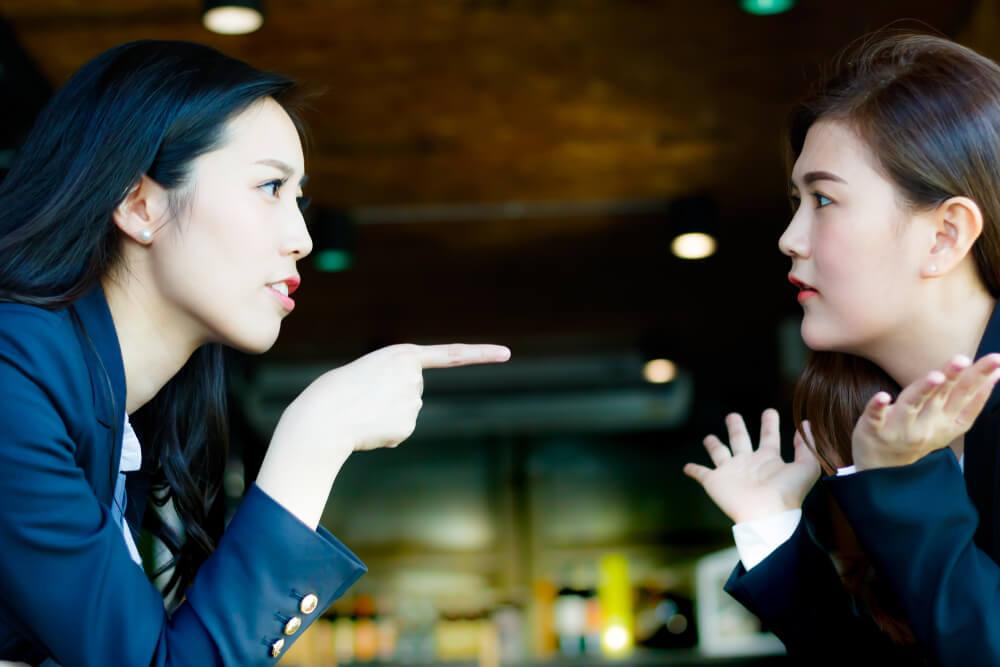 中国人に対して謝罪を強要している女性