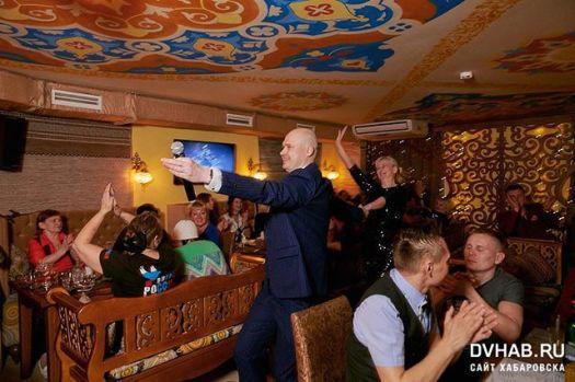 Вот так бывает - весело и грустно одновременно!Завершился очередной караоке-чемпионат в «Шерали». Это был действительно яркий момент в жизни всех участников, организаторов и ведущих) на наших глазах люди становились большими артистами, общались, знакомились, организовывали творческие коллективы и раскрывались с новой стороны. Прежде всего для себя самих!Поздравляем от души победителя Рому Ященко и ждём приглашения прокутить выигрыш совместно)))