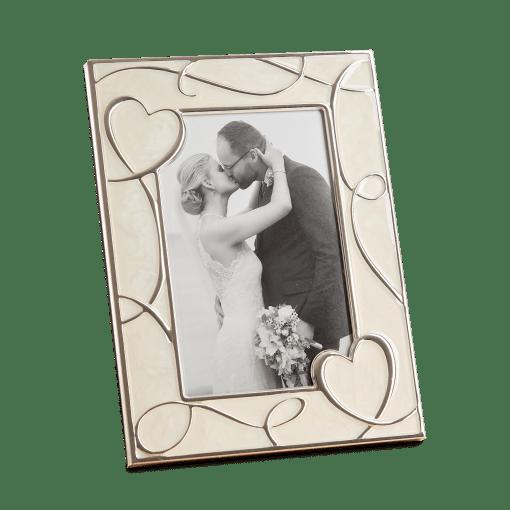 """Hearts"" er en flot og romantisk ramme i blank metal fra Goldbuch, og er dekoreret med emalje i perlemor og hjerter | Koldsø Fotografi Webshop"