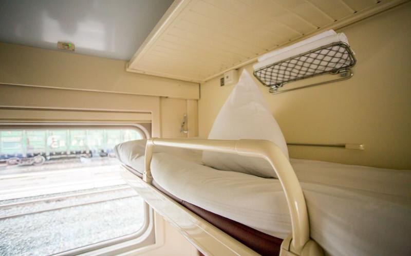 Półka na bagaż nad górnym łóżkiem