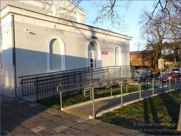 Rawicz - dworzec kolejowy - podjazd dla niepełnosprawnych