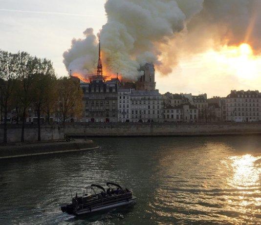 Пожар в соборе Парижской Богоматери