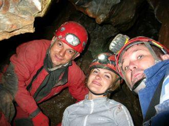 Krisztán jól áll a barlangász sisak...