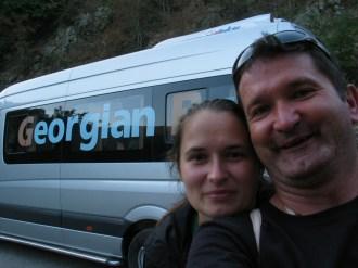 Úgy döntöttünk, előbb Örményországot látogatjuk meg, s csak azután Grúziát. Logikus is, ugyanis szeptember 19-én hajnalban Kutaisiből repültünk vissza Budapestre. Az első nap, szeptember 8-a húzós és rázós volt: előbbi a hosszú út, utóbbi az utak minősége miatt. Csupán 500 kilométert kellett megtennünk a Kutaisi reptértől Tbiliszin keresztül Jerevánba, de ez mindennel együtt 14 órát vett igénybe... A reptérről 40 láriért elvittek a grúz fővárosba, itt örmény pénzt váltottunk (Popovics Linda azt mondta feltétlenül legyen nálunk, a határon ugyanis kell fizetni a vízumért – azóta ezt eltörölték, de akkor is jó volt az a néhány ezer dram...), megkérdeztünk egy helyi fickót, mennyiért visz el egy taxi a buszállomásig. Azt mondta, 5 lári. A taxis, persze, a dupláját kérte az elején, de végül szívesen és készségesen elvitt a feléért... Itt a híres marsutkába ültünk (marsrutka, azaz iránytaxi), s potom 30 láriért elvittek Jerevánba. Egy lári 1,60 lej