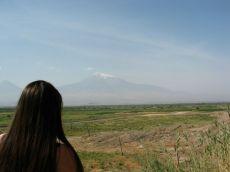 """Szeptember 10-én kocsit bérelünk, Borbély Laci segít mindent intézni. Érdekes, se nyugtát, se számát nem kapunk. A kifizetett összeget (napi 40 euró és 400 eurós letét) beírják a szerződésbe, annyi. Egyébként úgy Grúziában, mint Örményországban szinte sehol, semmiért sem kaptunk nyugtát... Első állomásunk Khor Virap, ahova az Ararát-völgy síkságain keresztül utazva érkezünk. Laci nem különösebben örvend annak, hogy Krisztus után 301-ben """"Elhomályosító"""" Szent Gergely a keresztény vallásra térítette az örményeket, mert a történelem során ebből a népnek rengeteg baja származott. Igen, ez egy leegyszerűsített változata a hosszú történetnek. Khor Virap híres zarándokhely, ugyanis a kolostor börtönében Szent Gergelyt súlyos kínzásoknak vetették alá: csúszómászók között és nagy bűzben 14 éven át szenvedett. Eközben titokban egy özvegyasszony táplálta. Lélegzetelállító kilátás nyílik az ősi ellenség, azaz a török területen levő Ararátra, az örmények szent hegyére"""
