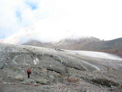 Két ember is van ezen a fényképen. A méretükből következtetni lehet a gleccser nagyságára és kiterjedtségére