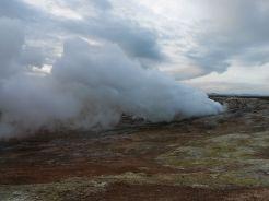 Mi is elmentünk egy ilyenhez: Gunnuhver, sikerült egész közel jutni az erősen kénszagú gőzkiszivárgásokhoz. Ugyanezt a kénes levegőt szívtuk be a világ másik ilyen jellegű aktív geotermikus területén, Tenerifén, pontosabban a Teide vulkán csúcsán, 3718 méteren