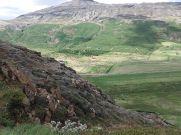 Kontraszt: vulkanikus kőzeti domb, alatta jéghideg forrás és zöld mező...