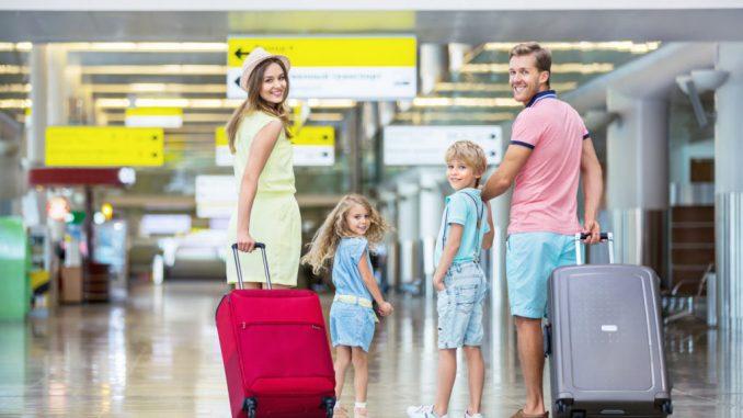 За кордон з дитиною: список необхідних речей, документів та медикаментів для поїздки