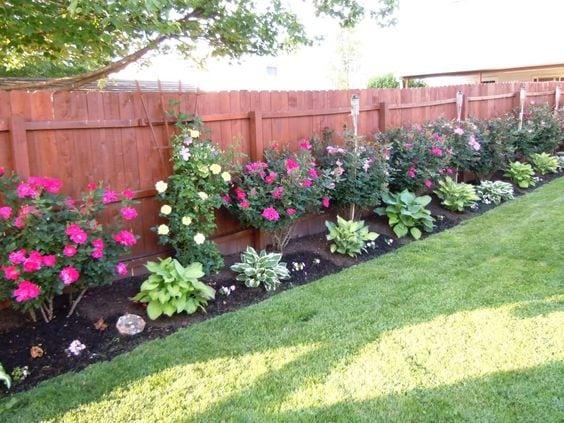 Квітники під парканом та навколо дому 25 оригінальних ідей (5)
