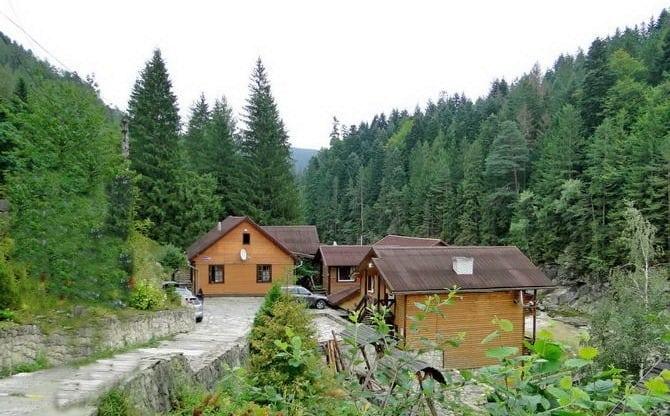 """Чан з джерельною водою та виходом до гірської річки. Міні-готель """"Жива Вода"""""""
