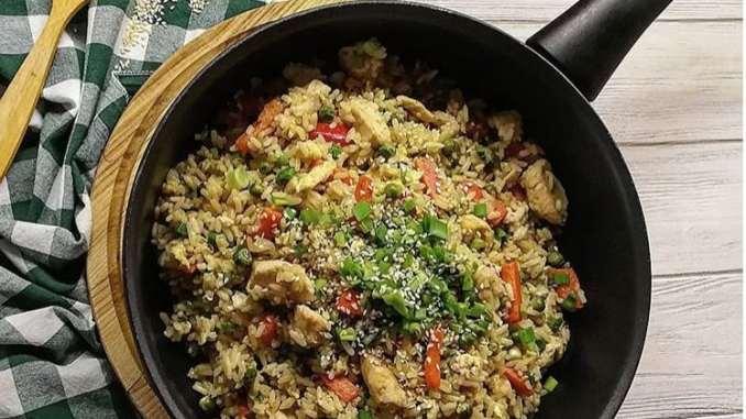 Рис з яйцем та овочами по-китайськи: простий рецепт