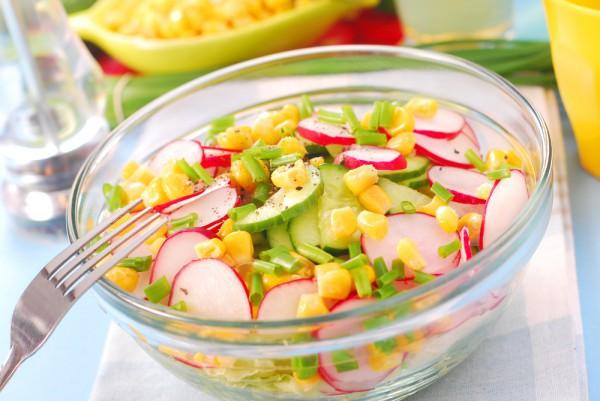 Рецепт легкого весняного салату з редиски, огірків і кукурудзи.