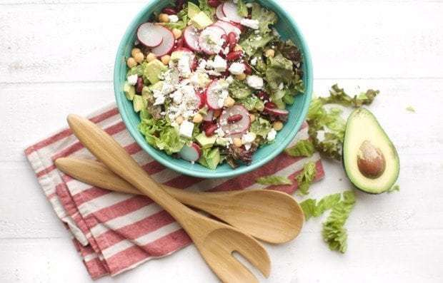 Салат з редискою, листям салату, авокадо та квасолею