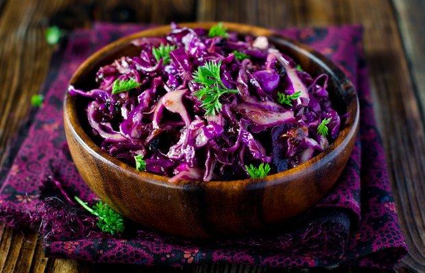 Салат з фіолетової капусти з чорносливом