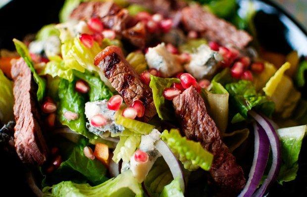 Салат з телятиною, цибулею і зернами граната