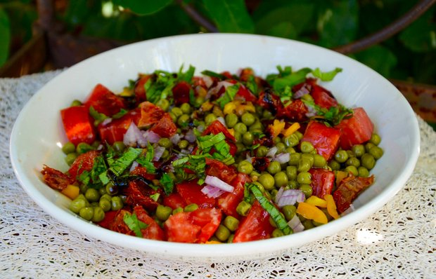 Овочевий салат із зеленим горошком
