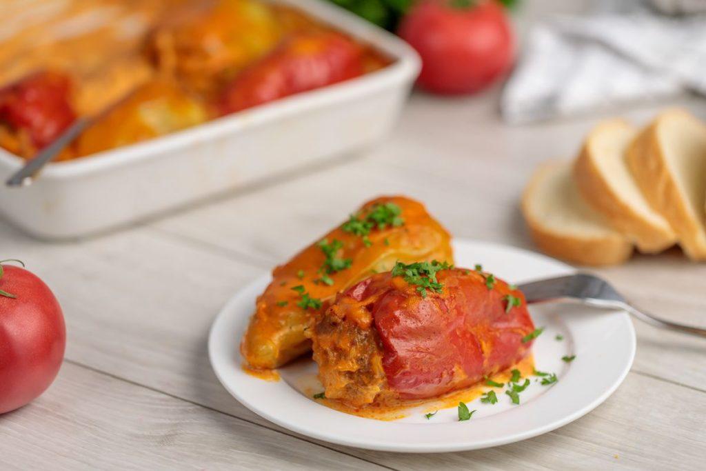 Фаршировані перці в томатному соусі — це просто, красиво і дуже смачно