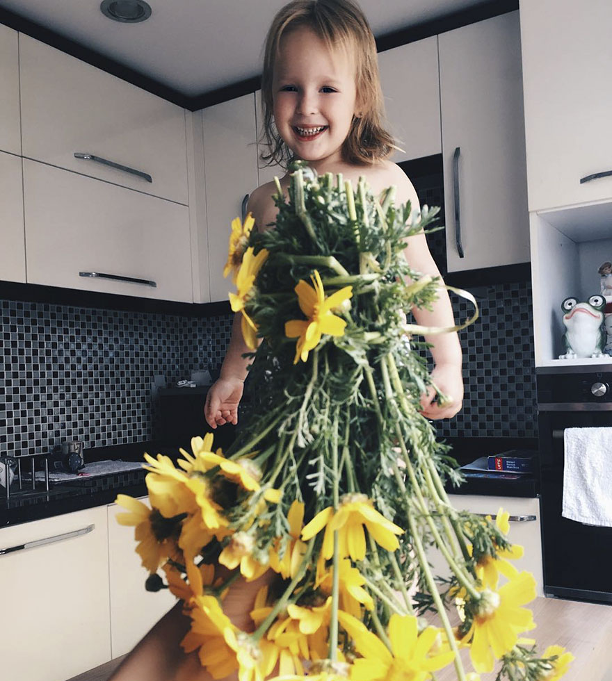 девочка в платье из цветов