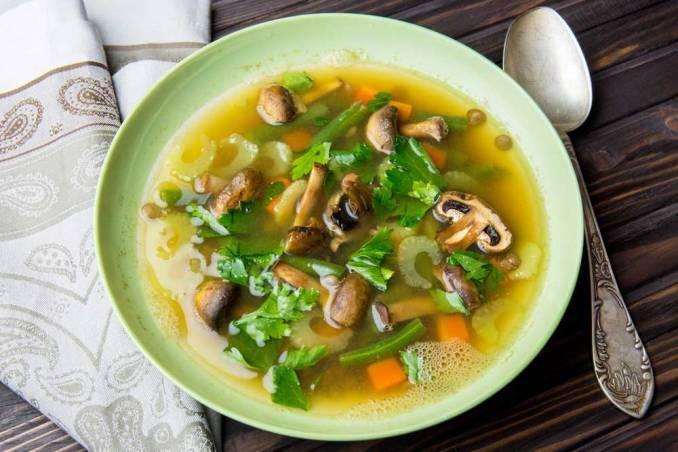 Легкий суп з сочевиці на овочевому бульйоні