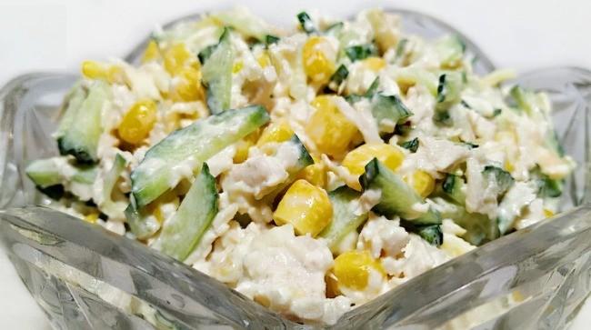 Салат з курячим філе, огірком та кукурудзою