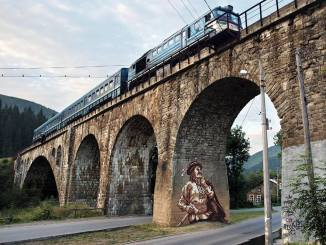 Франківські художники розмалювали міст-віадук у Ворохті