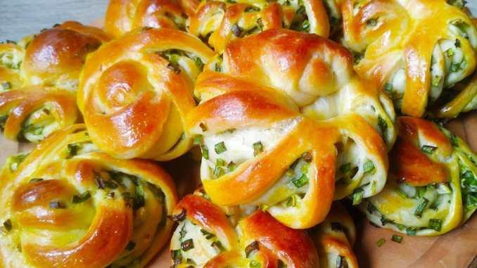 Пухкі булочки з зеленою цибулею — чудове доповнення до супу або бульйону.