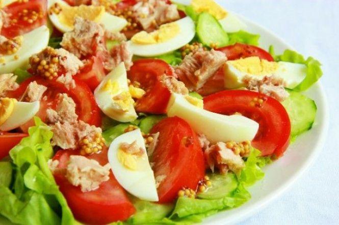 Салат з листям салату і тунцем